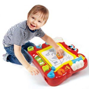 Spośród ogromnego asortymentu zabawek, jakie są obecnie dostępne na rynku, do bardzo ciekawych zabawek należą znikopisy. Jest to rodzaj tablicy, po której można rysować, malować i pisać, a zawartość potem łatwo zetrzeć i nanosić od nowa. Jest to więc rodzaj bloku rysunkowego, ale wielokrotnego użytku. Znikopisy są dostępne w niemal każdym sklepie z zabawkami. Często można je dostać w marketach.  Zalety tablicy znikopisu  Poza czysto praktyczną zaletą, jaką jest możliwość wielokrotnego używania bez potrzeby kupowania kartek czy kredek, urządzenie to niesie za sobą liczne walory edukacyjne. Poza tym, że dziecięca tablica znikopis wyrabia zdolności manualne, rozwija też wyobraźnię, kształtuje koordynację wzrokową i manualną oraz, przede wszystkim, uczy dziecko rysować oraz pisać.  Tablica znikopis - wielofunkcyjna zabawka dla dzieci w różnym wieku  Na rynku dostępnych jest wiele typów znikopisów. Podstawowe wersje mają jedynie funkcję rysowania. Bardziej zaawansowany znikopis tablica dla dzieci jest wyposażona w literki, figury i inne kształty, które dziecko może odrysować, ucząc się w ten sposób. Są też bardziej zaawansowane tablice, które są już prawdziwymi urządzeniami multimedialnymi.